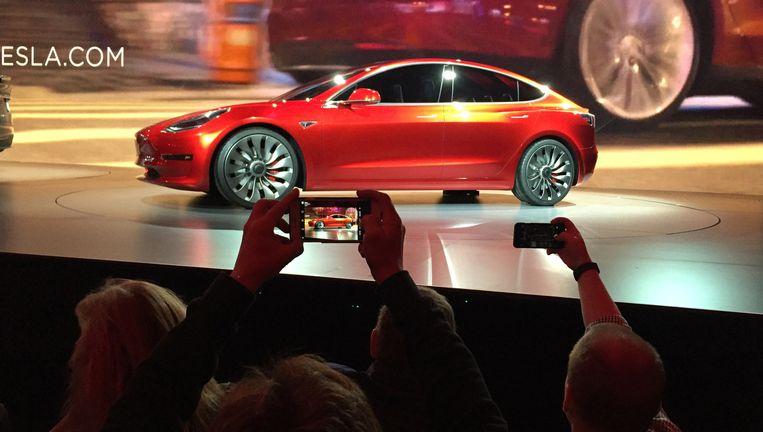 Het nieuwste Tesla: model 3. Er zouden al 400 duizend besteld zijn. Beeld ap