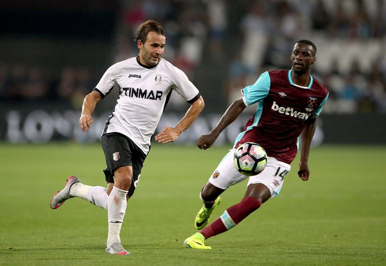 Filipe Teixeira en West Ham Uniteds Pedro Obiang strijden om de bal. Beeld ap
