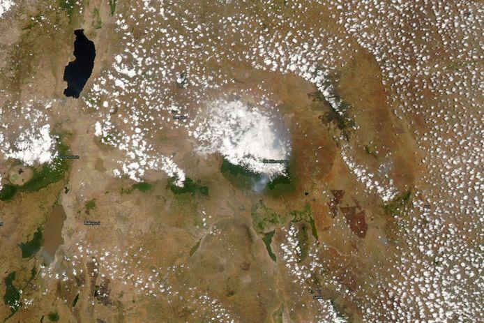 Deze satellietfoto werd afgelopen maandag genomen en toont een rookpluim boven Afrika's hoogste berg.