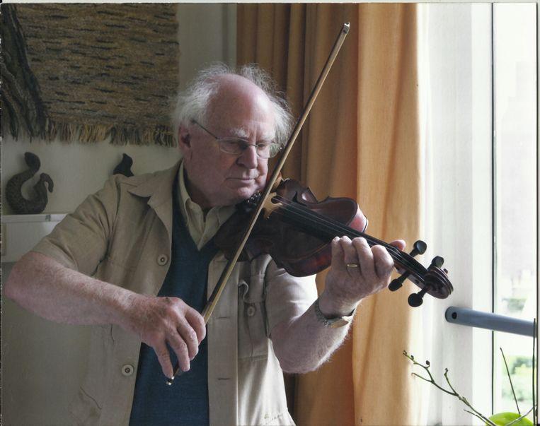 De viool gaf kleur aan Gerard Kraamwinkel zijn leven. Muziek maken was voor hem als eten, een eerste levensbehoefte. Beeld RV