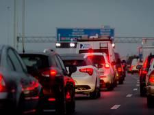 Flinke vertraging op A16 door ongeluk met motor en twee auto's