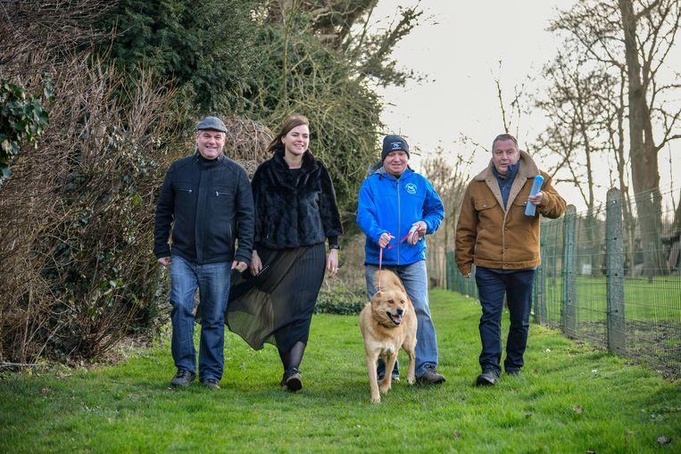 Schepen Mannaert, vertegenwoordigers van Brouwerij Bosteels en van wandelclub De Vossen hielden een laatste try-out van het wandeltraject.