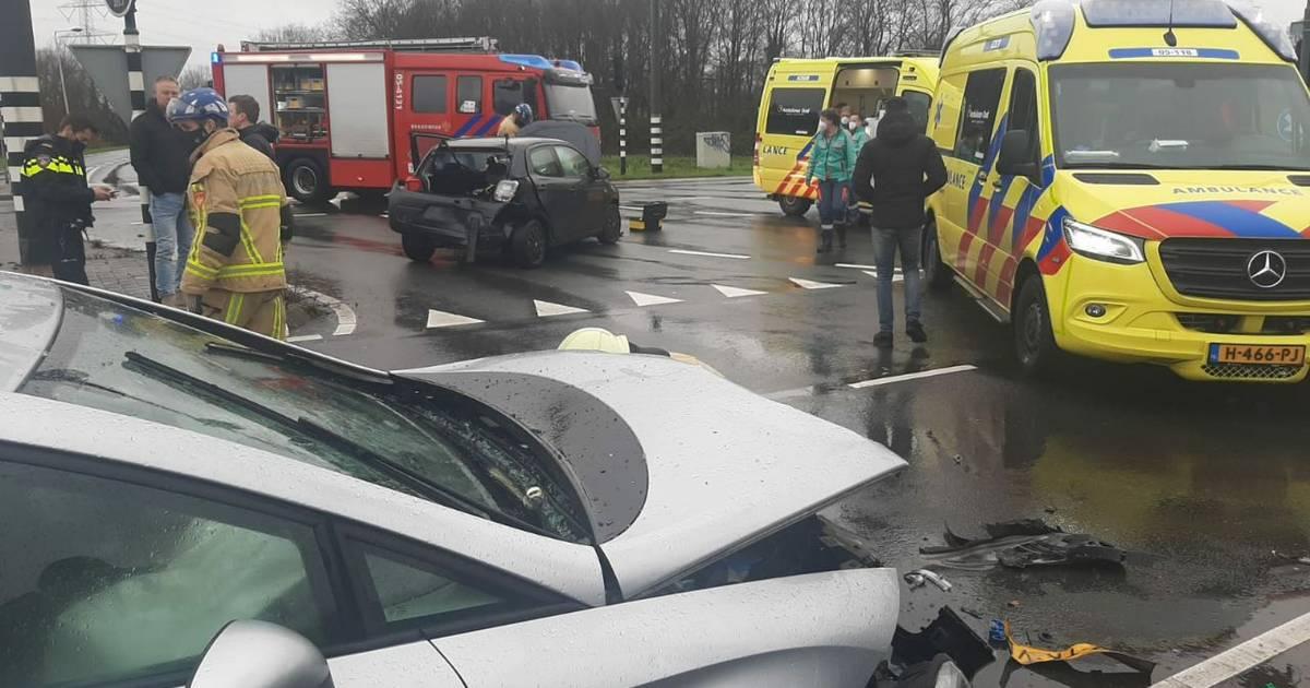 Veel schade na flinke aanrijding op kruising Auke Vleerstraat in Enschede.