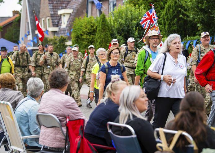 Publiek  langs de route van de Vierdaagse.