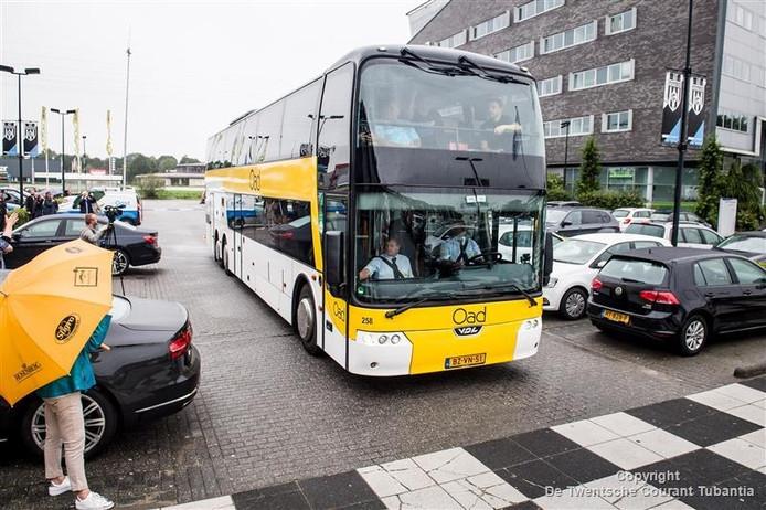 De 'pauperbus' waarmee René Hummel en 57 andere fans naar het Portugese Arouca gingen.