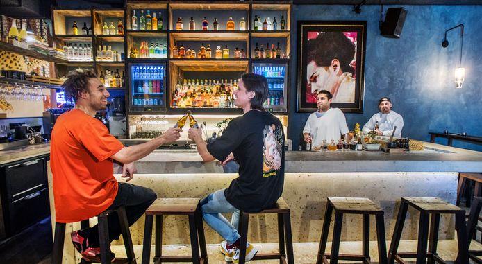 Niet alleen het eten is bij Yuzu opvallend goed, ook het interieur, met een fraaie bar,  trekt de aandacht. Foto's frank jansen