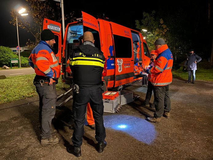 Ook een team met reddingshonden zoekt 's nachts naar de vermiste Rosa uit Wekerom.