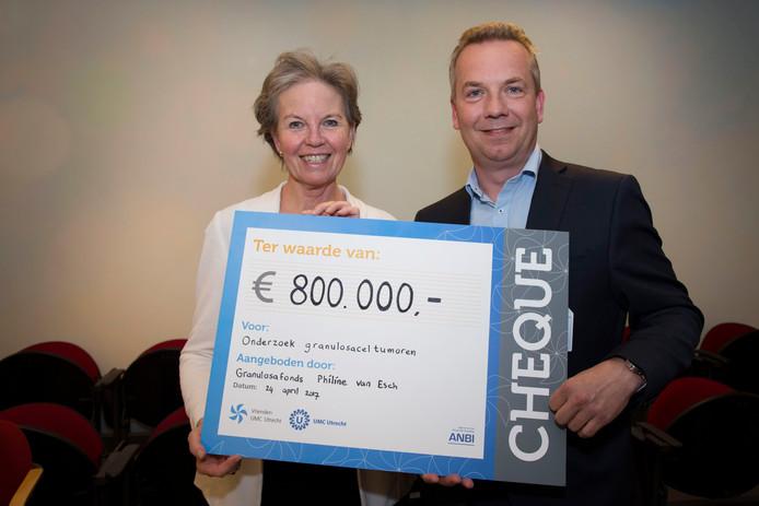 Valkenswaardse Philine van Esch en dr. Ronald Zweemer gynaecologisch oncoloog aan het UMC in Utrecht en behandelend arts.