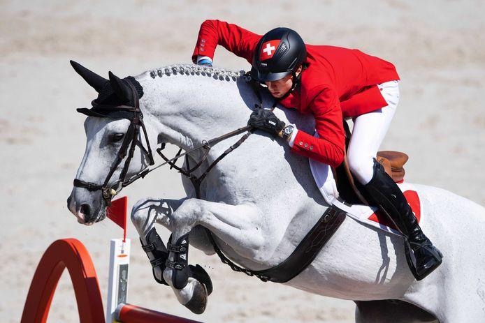 Martin Fuchs op zijn paard Clooney 51 in actie tijdens de individuele finaledag op de Europese Kampioenschappen Springen.