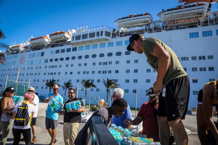 Vrijwilligers laden water op een vrachtwagen in de haven van Freeport op het eiland Grand Bahama, na de orkaan Dorian op de Bahama's