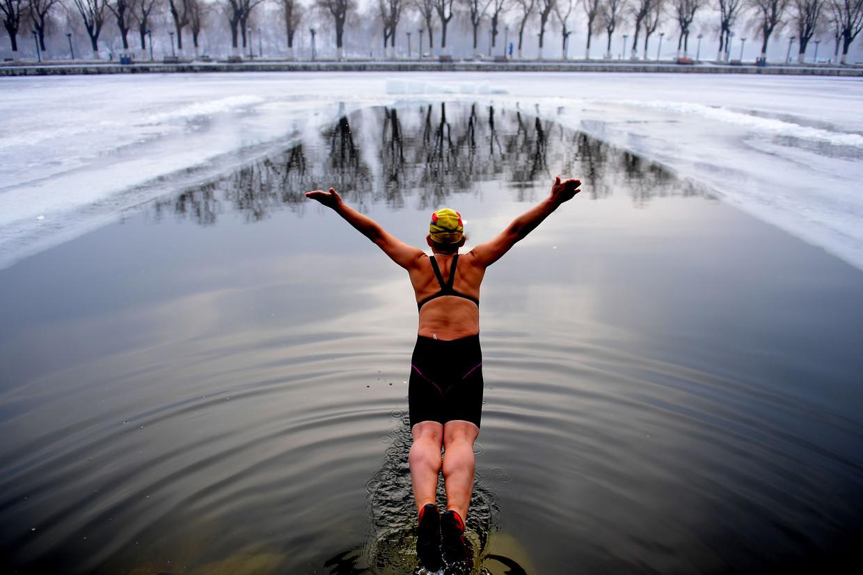 Zwemmen in koud water of, makkelijker, elke dag een koude douche helpt het goede bruine vet te activeren.