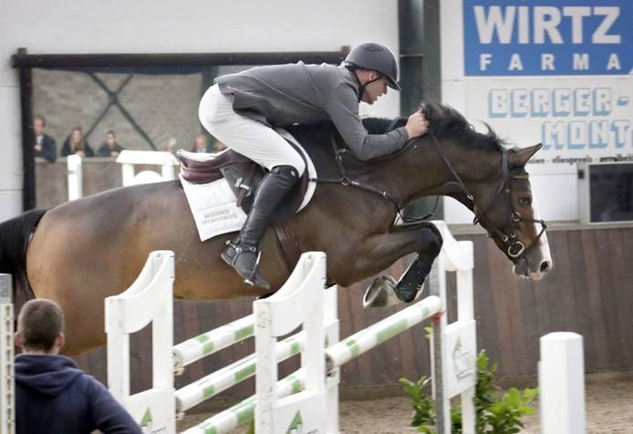 Geert Moerings op zijn paard Vesthigo Z, winnaar van het springconcours bij manege Buitenhorst in Oosteind.