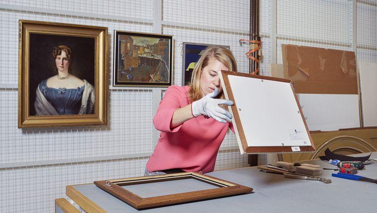 Sophie de Weger, depotmedewerkster van het Amsterdam Museum Beeld Erik Smits
