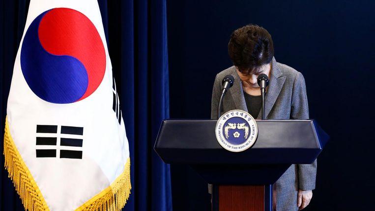 President Park buigt naar de kijkers tijdens haar toespraak. Beeld EPA
