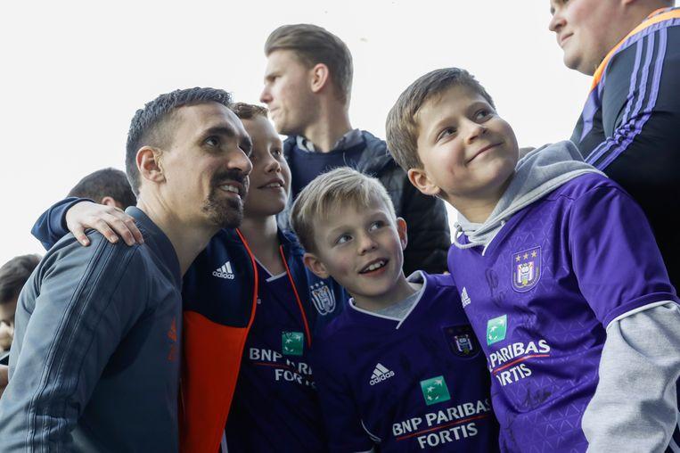 Sven Kums met de jonge fans.