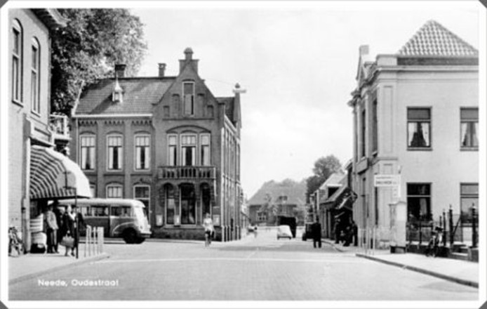 Het oude postkantoor van Neede en rechts het GTW-kantoor. Beide markante panden zijn gesloopt eind jaren zeventig.