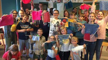 Leerlingen basisschool Molenveld breien voor het goede doel