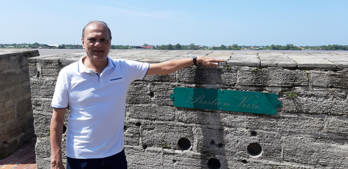AD/ Tonny van der Mee Sunil Oemrawsingh bij de kogelgaten in Fort Zeelandia