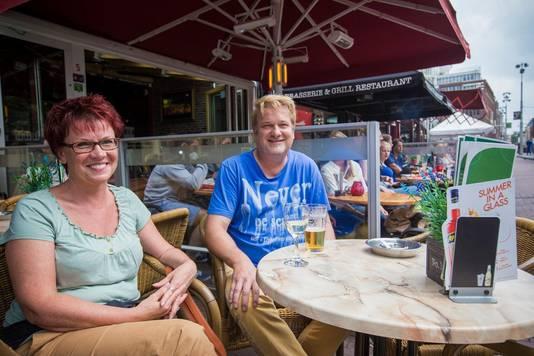 Ulf en Mandy Dingelstaedt uit Berlijn op het terras van de Rembrandtbar in Amsterdam.