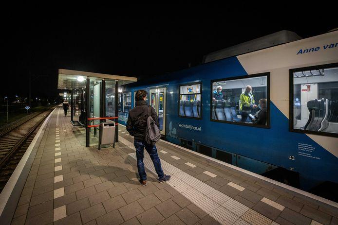 De Vechtdallijn, hier op station Hardenberg, kampt met veel overlast van asielzoekers uit Ter Apel die geen kans maken op een verblijfsstatus, zogeheten veiligelanders.