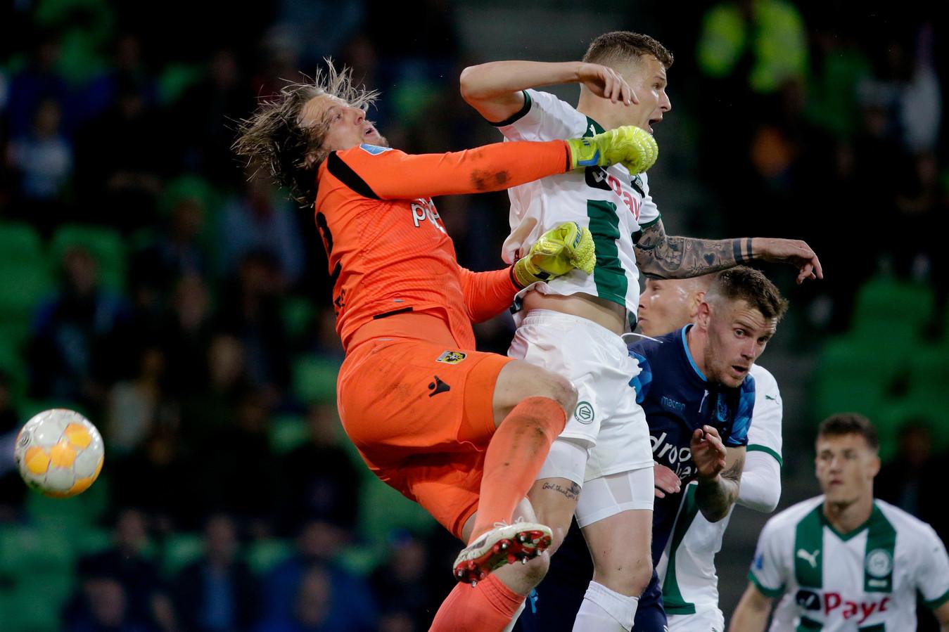 Remko Pasveer gaat het luchtgevecht aan met Samir Memisevic van FC Groningen.
