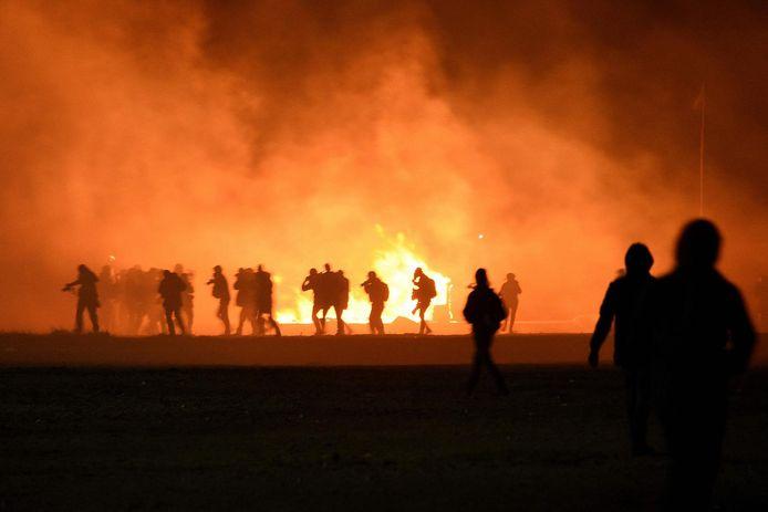 Migranten veroorzaken brand tijdens hun botsing met de politie.