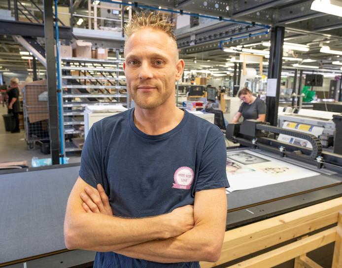 Arno Schipper is leidinggevende productie, maar zo noemt hij zichzelf liever niet. ,,Ik ben 'one of the guys'.'' Op de achtergrond is Merel Maljers bezig met printwerk.
