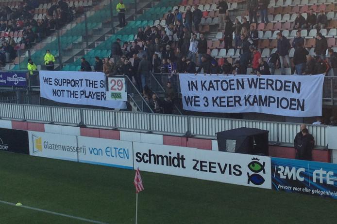 De spandoeken van de Willem II-fans.