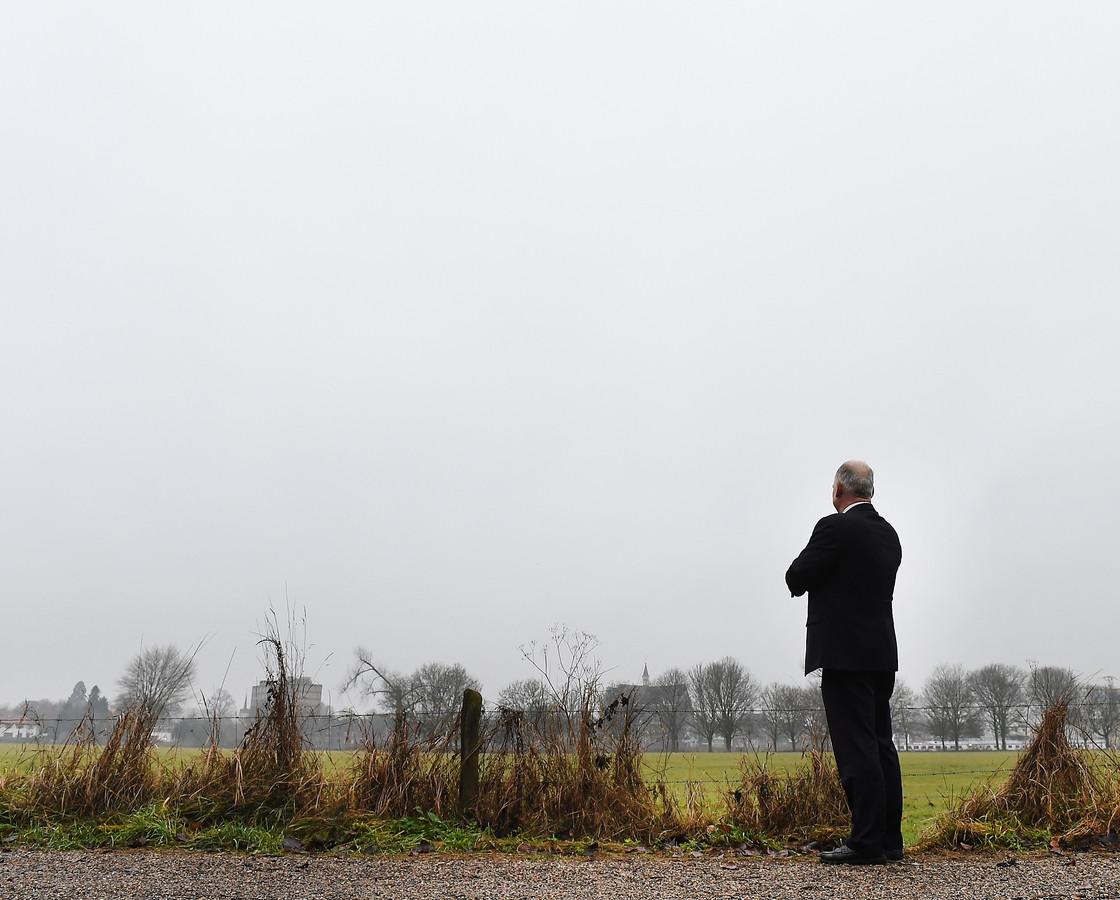 Burgemeester Paul Mengde kijkt vanaf kroonwerk Coehoorn in de uiterwaarden van Nederasselt op het Brabantse Grave aan de overkant van de Maas.