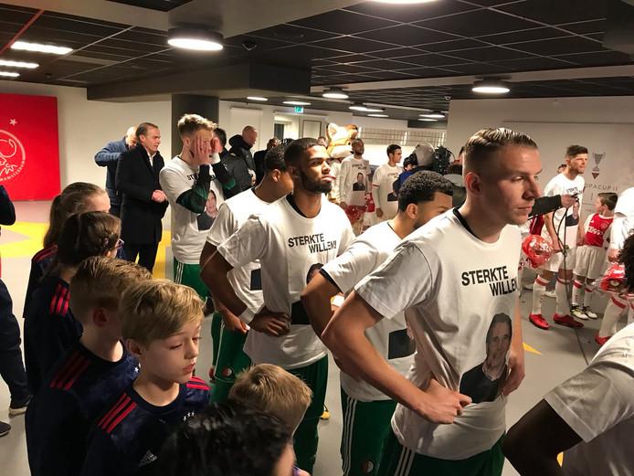 De spelers van Feyenoord en Ajax dragen het shirt.