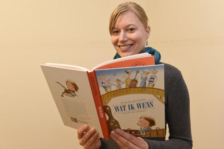 Auteur Reine met haar nieuw kinderboek 'Wat ik wens'.