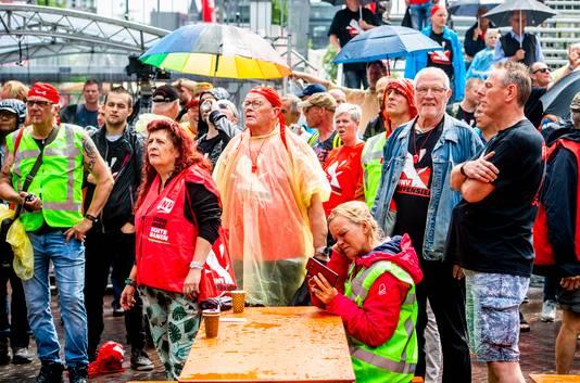 FNV-demonstranten op de Binnenrotte. De Rotterdamse band The Kik trad op bij de manifestatie.