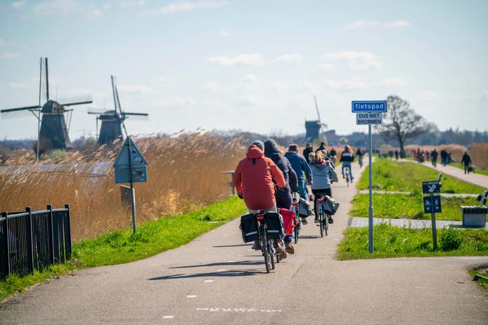 Het is er lang niet zo druk als normaal, maar de molens van Kinderdijk stonden voor veel mensen op het programma dit weekend.