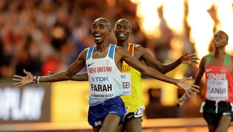 Mo Farah viert zijn overwinning op de 10.000 meter Beeld ap