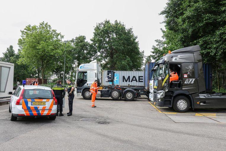 Het onderzoek 'Riesling' leidde de politie in juni ook naar een transportbedrijf in Schiedam waar elf vrachtwagens in beslag werden genomen Beeld MediaTV.nl