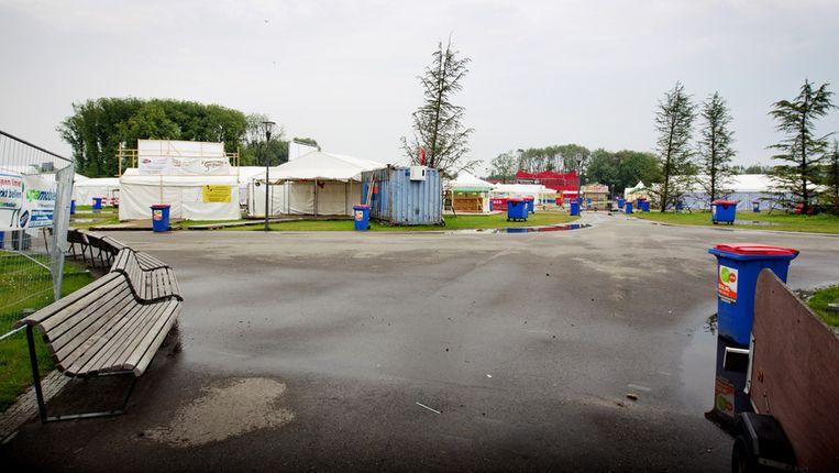 Een leeg festivalterrein. De organisatie van het multiculturele evenement en de verhuurder van de tenten zouden elkaar dinsdagmiddag voor de rechter treffen, maar gingen uiteindelijk toch weer met elkaar om de tafel om te proberen er onderling uit te komen. Beeld ANP
