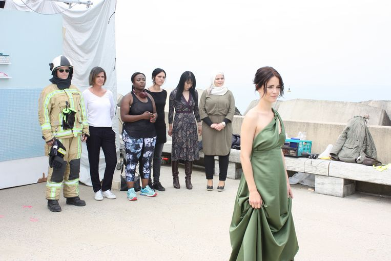 Opnames voor de promospot van Filmfestival Oostende met Lynn Van Royen en een 100-tal vrouwen