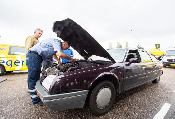 Bij grensovergang Hazeldonk wordt een auto gecontroleerd.