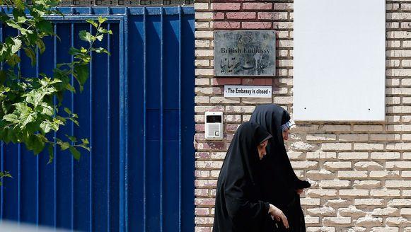 De poort van de Britse ambassade in Teheran.