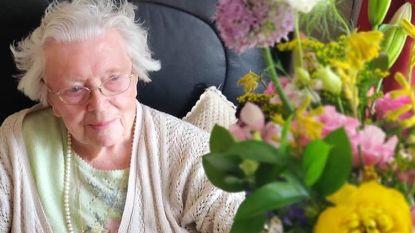 Agnes viert 100ste verjaardag in WZC De Pottelberg: schepen Ruth feliciteert haar in filmpje