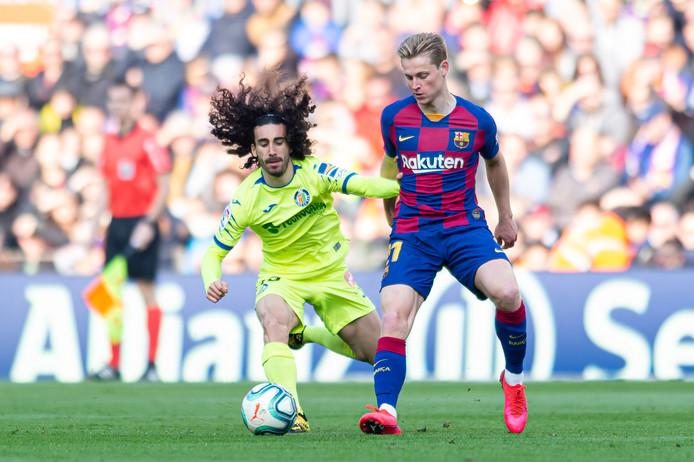 Frenkie de Jong namens Barcelona in duel met Marc Cucurella van Getafe.