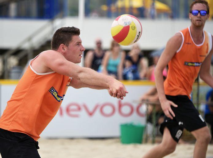 beachvolleybal vrouwenpolder - dirk boehle - dirk boehlé in actie (links)