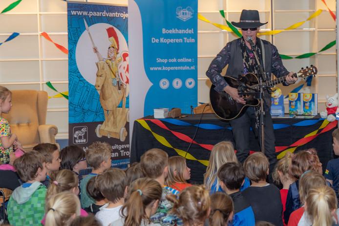 Paul van Loon zingt een liedje voor de vele kinderen in De Koperen Tuin.