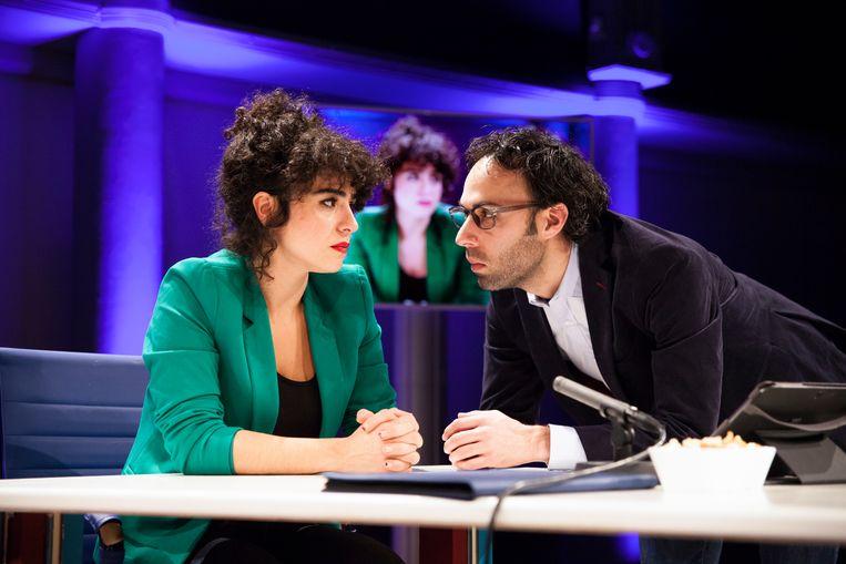 Meral Polat en Eran Ben-Michaël spelen zichzelf als Tara en Edward in 'Breaking fake news'. Beeld rv