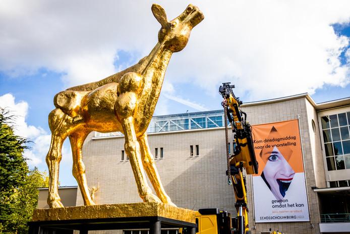 Beeld van het Gouden Kalf voor de deur van de Stadsschouwburg in Utrecht.