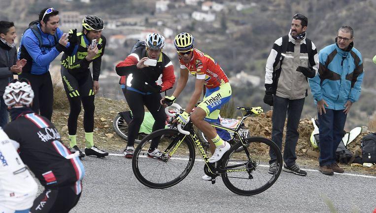 Bij het aansnijden van een steile bocht monstert Contador het verschil op Froome.