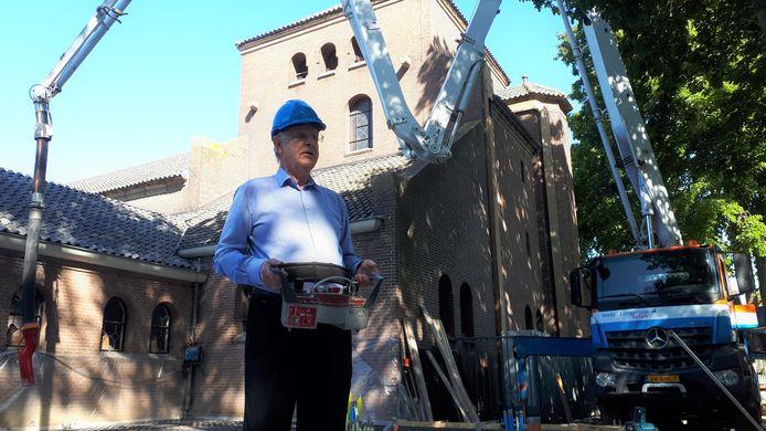 Pastoor Piet de Jong verricht officieel de eerste handeling voor het nieuwe parochiecentrum.
