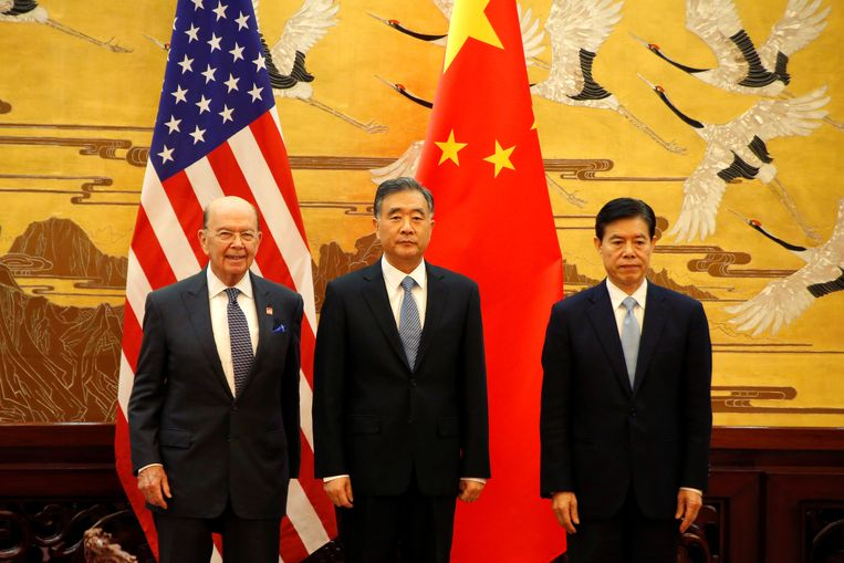 De Amerikaanse minister van Handel Wilbur Ross, de Chinese vicepremier Wang Yang en de Chinese minister van Handel Zhong Shan in Peking.
