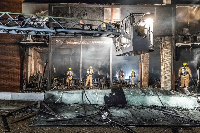 De brand die uitbrak in een shishalounge richtte flinke schade aan. Directe buren kunnen nog lang niet naar huis.
