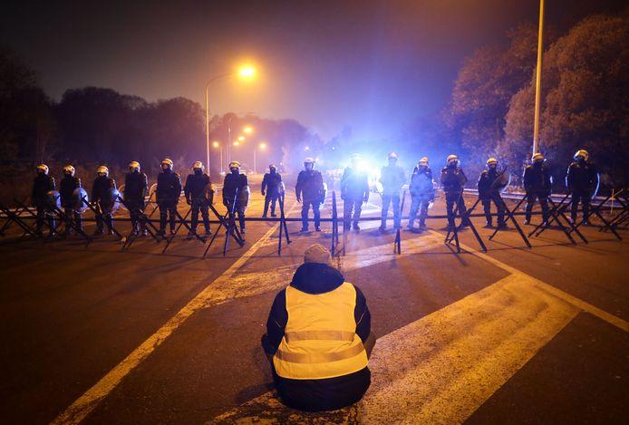 Leden van de oproerpolitie raakten gewond bij een veldslag met de 'gele hesjes'.